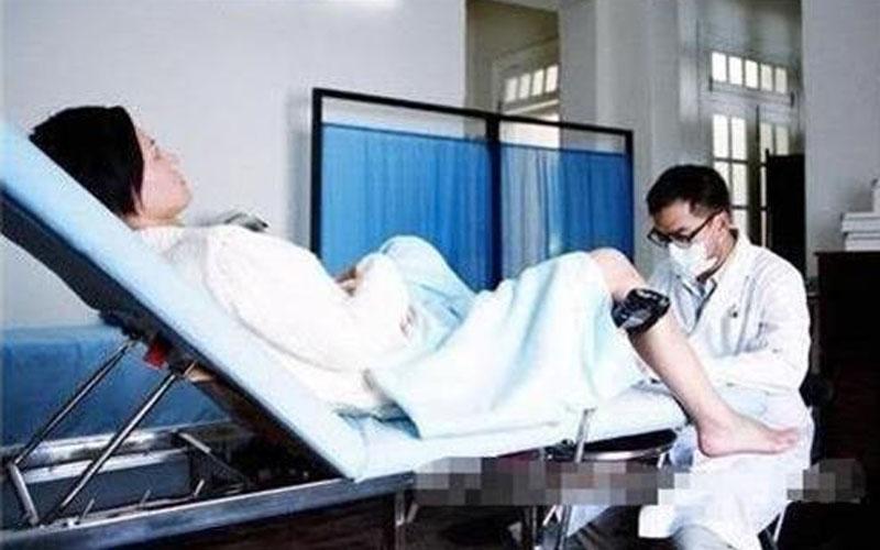 女子在醫院做婦科檢查,雙腿打開朝向門口,沒想到竟然被……醫院太不負責任了!!  -