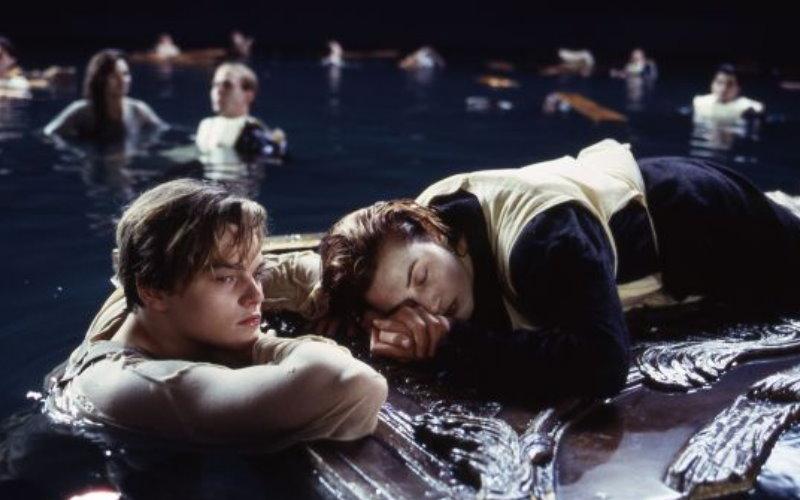 《鐵達尼號》沈船時門板明明有空間容納2人,過了19年李奧納多對於「死得很冤不冤枉」他認為…  -
