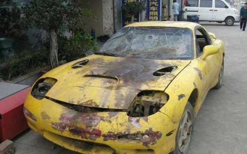 男子從廢棄垃圾場找了一輛報廢車,經過他跟朋友的巧手改造後,這台車賣一百萬我也相信啊!!  -