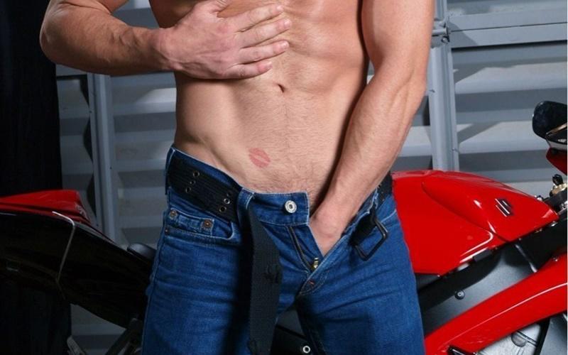 為何男人總喜歡把手伸進褲襠裡東摸西摸?原來這背後有個超厲害的功能…