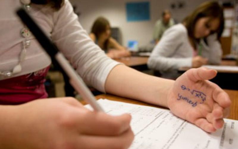 考試時她發現旁邊同學「默默在偷抄答案」,卻沒向老師舉發…交卷後才知道她「這招太狠了」!