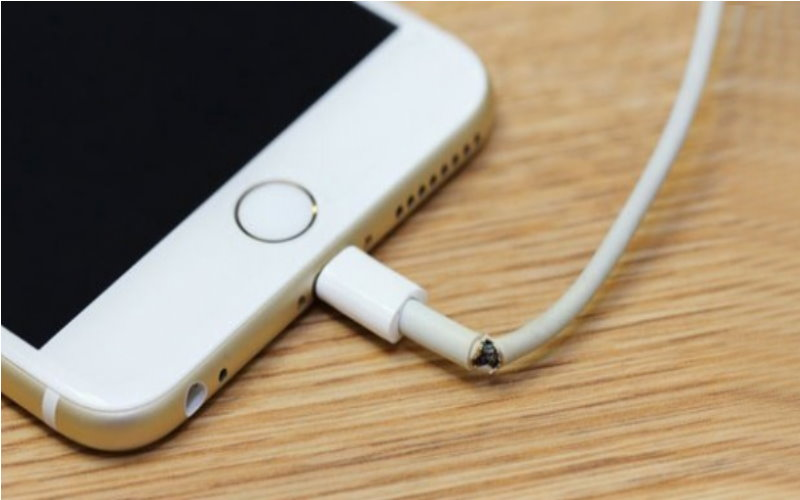 當iPhone的充電線壞掉其實不用花錢買新的,因為蘋果已經把「不會傷荷包的方式」放在說明書中了!  -