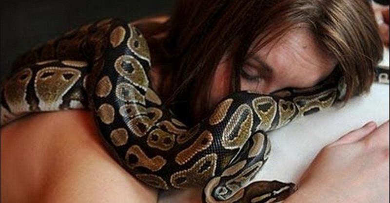 她一直認為飼養在家的蟒蛇「對自己有很多愛的表現」,直到牠變得虛弱後才得知恐怖的真相…