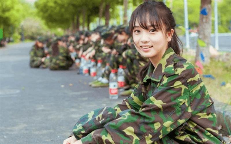 麻煩女友幫忙開可樂,沒想到身為職業軍人的她下一秒「職業病」發作,反射動作讓大家笑翻....  -