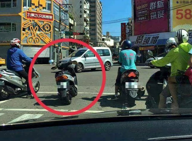等紅燈時發現前方有台機車而人不見了,竟然是因為這個原因?!.....根本太瞎了啦!
