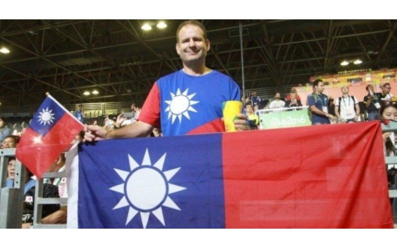 這名外籍老師穿台灣國旗T恤卻遭奧運主辦方驅逐,但他霸氣回「一句話」讓許多人都感動了!