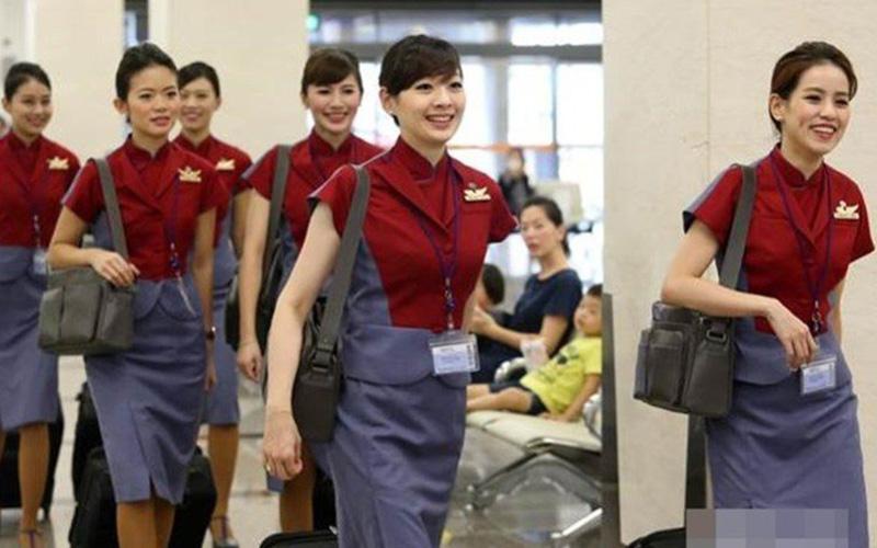 空姐真的很忙嗎?他憑空姐鄰居的「包鞋餘溫」竟然就能解析空姐日常行程,網友:專業癡漢4ni?