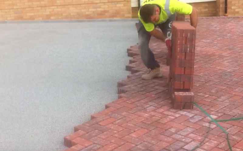 神級「磚」業高手,鋪路工人竟然能在1分鐘內鋪90塊磚頭!:這效率根本太神!!  (圖+影)