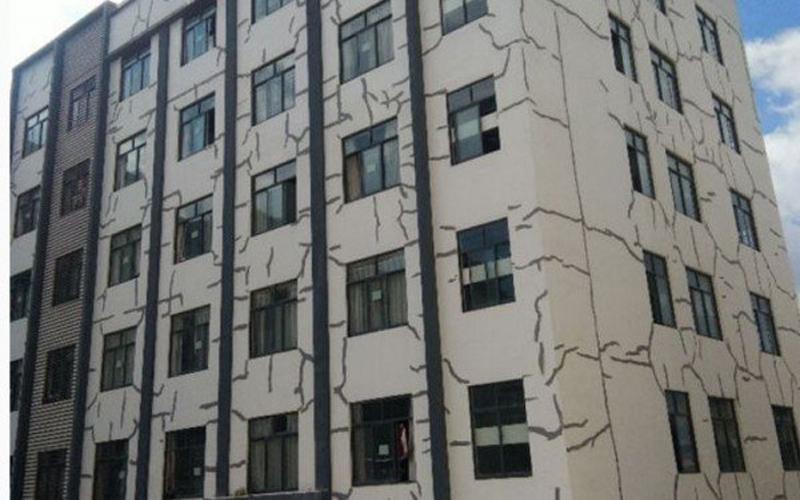 強國學生宿舍白牆上蔓延著「詭異黑線」  校方出來解釋:沒事兒..安全的很!原來黑線是這種用途阿~