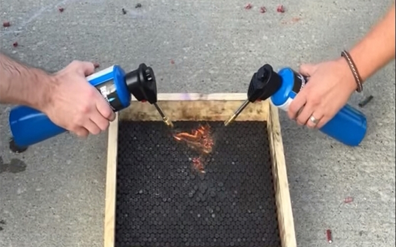 他在盒子裡放5200個「蛇砲」並點燃,接下來竟從火焰中竄出超猛壯觀物體!(圖+影)