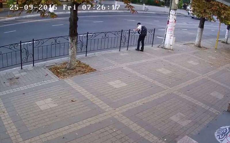 這男孩原本站在欄杆旁閒晃,離開原地後幾秒鐘內發生的事讓他差點嚇尿!(圖+影)