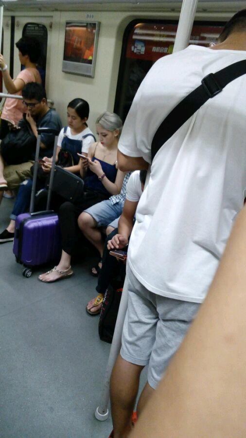 偷拍老外做爱_刚刚有网友在大陆地铁上偷拍到一个金发妹.