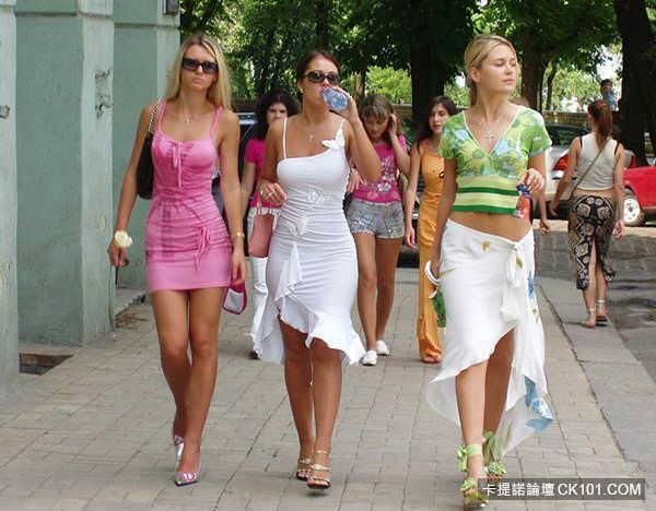 街拍俄罗斯美女肌肤白里