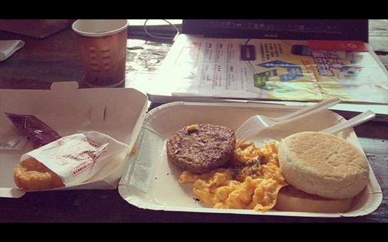 網友怒吼說麥當勞的「經典大早餐」根本是史上最愚蠢之作,聽完他的分析後我覺得可以省下一筆錢了…  -