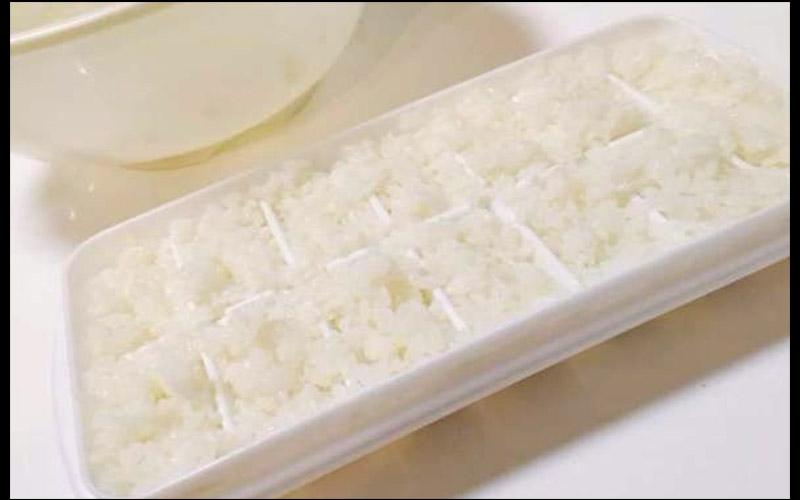 實在不懂這人為何要把白飯全部塞在製冰盒裡,直到看到成品才覺得他根本是個天才!  -