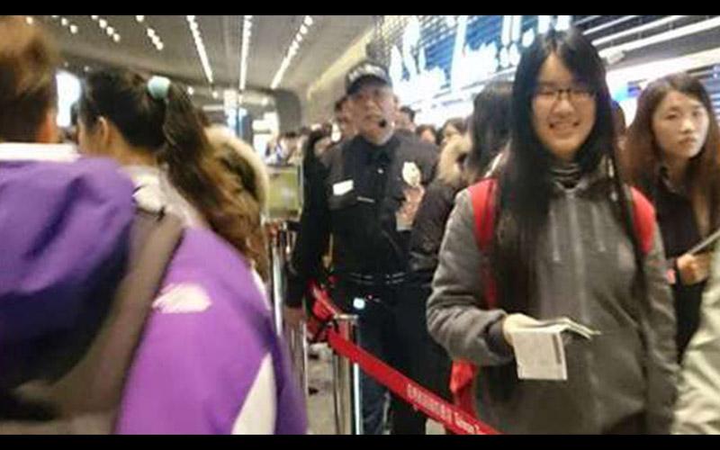 正當大家都對大陸客的插隊行為感到無可奈何時,機場的黑衣警衛大哥只飆出一句話就狠狠罵醒對方!  -