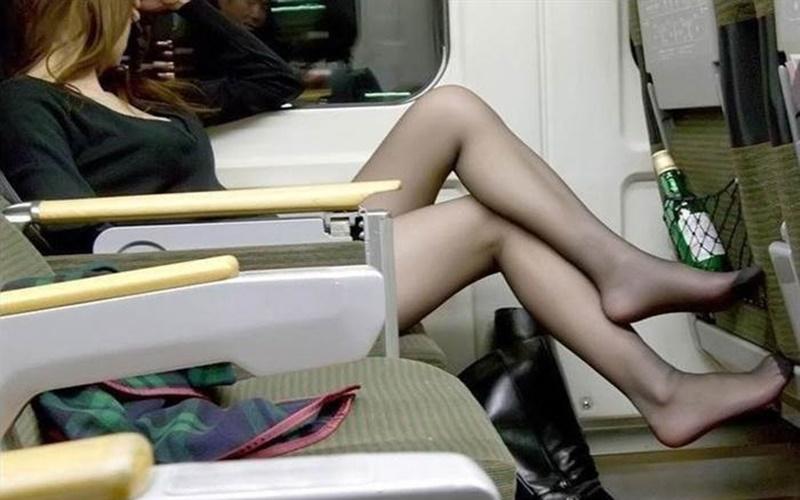 看著隔壁座位的正妹睡得正香,突然間.....她傳出讓所有人聽了都臉紅心跳的嬌喘聲...   -