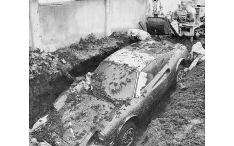 兩男在自家後院整頓時,竟不小心發現自家地底下埋了一台價值千萬的法拉利!?  -