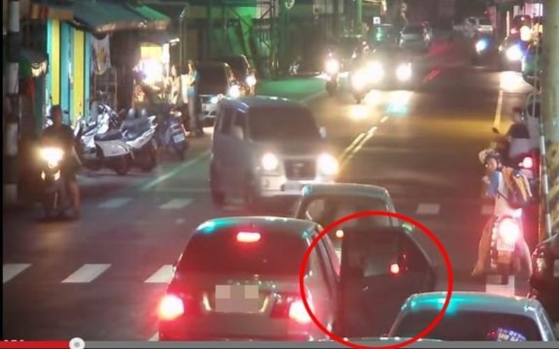就是講不聽!阿婆在馬路中央開車門,騎士經過慘被撞飛!
