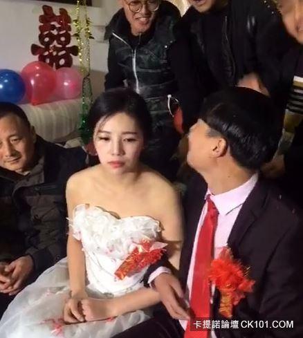 暴牙男娶到「神正老婆」興奮到當場親吻!沒想到新娘下一秒反應…似乎明白了什麼(圖+影)-3