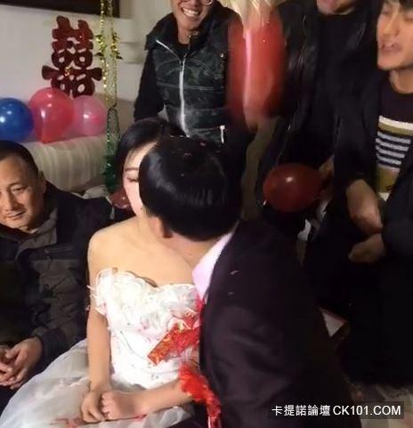 暴牙男娶到「神正老婆」興奮到當場親吻!沒想到新娘下一秒反應…似乎明白了什麼(圖+影)-4
