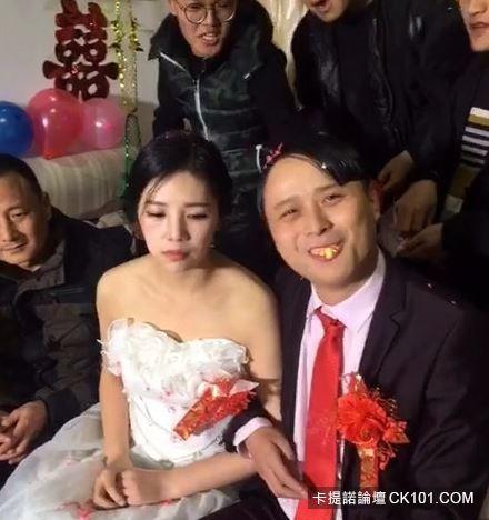 暴牙男娶到「神正老婆」興奮到當場親吻!沒想到新娘下一秒反應…似乎明白了什麼(圖+影)-2