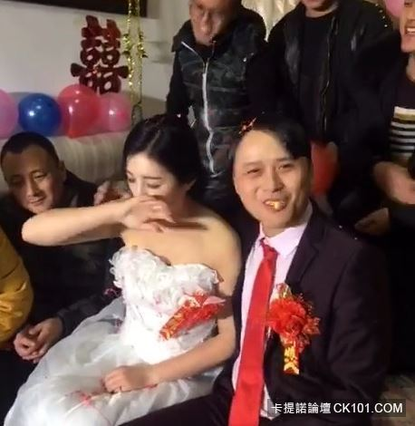 暴牙男娶到「神正老婆」興奮到當場親吻!沒想到新娘下一秒反應…似乎明白了什麼(圖+影)-5
